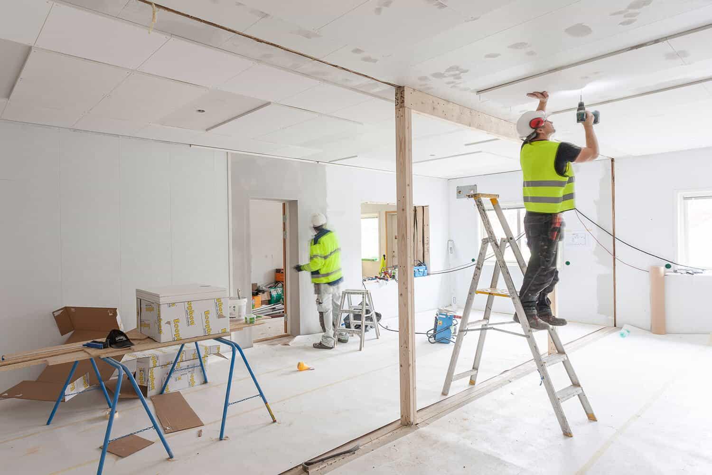 Bild från ett bygge på två hantverkare som arbetar