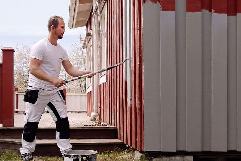 Målare som målar fasad