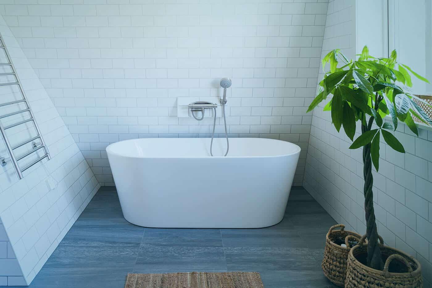 Bild på ett nyrenoverat badrum med ett badkar